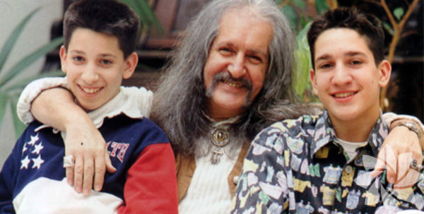 """Batıkan Manço 74'üncü yaş gününde babasını anlattı: """"Babamı boykot ederdim Türkiye'nin efsane sanatçılarındanBarışManço'nun 74. yaş gününde küçük oğlu babasına olan özlemini dile getirdi."""
