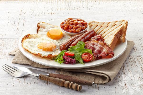 """""""Kahvaltıda ne yemek gerekiyor?"""" ya da """"Kahvaltı yapmalı mıyız?"""" gibi soruların yanıtı her insan için farklıdır. Spor ve egzersiz bilimi profesörü Emma Stevenson, konu hakkında şunları söylüyor: """"Beslenme oldukça bireyseldir; bir insan için işe yarayan düzen, bir diğeri için uygun olmak zorunda değildir. İnsanların, bütçelerine ve hayat tarzlarına uyan, uzun vadede koruyabilecekleri bir beslenme yaklaşımı bulmaları gerekiyor."""""""