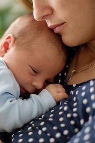 Yeni anneye akıl vermeden önce iyi düşünün!