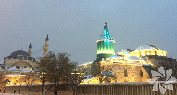 Ankara, Konya otoyolunu karlı bir havada aştık. Keyifli biryolculuk sonrası Konya'ya vardık. 12. ve 13. yy'da Selçuklu döneminin başkenti olan Konya'yı, bembeyaz örtüyle görüp fotoğraflamak huzur vericiydi.