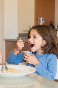 Çocuklar, yetişkinlerin yediğinin üçte biriyle doyuyor
