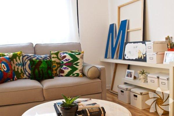 Çok amaçlı mobilyaları tercih edin. Odanız eğer küçükse daha ferah bir ortam yaratabilmek için bazı fedakarlıklar yapmanız gerekebilir. Fazla sayıda mobilyanız varsa hepsinden kurtulun. Ve mobilyalarınızı çok amaçlı kullanmak üzere seçin. Örneğin üstü açılabilir rahat bir tabureyi hem oturak, hem sehpa hem de küçük bir dolap olarak kullanabilirsiniz.