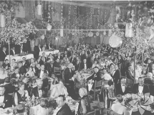 1. Akademi Ödülleri töreni, 1927 ve 1928'deki en iyi filmler onuruna, 16 Mayıs 1929 tarihinde Hollywood Roosevelt Hotel, Los Angeles, Kaliforniya'da düzenlenen özel bir akşam yemeğinde sahiplerini buldu.