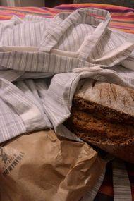 50 eve yürüyerek ekmek dağıtıyor