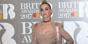 2017 Brit Ödülleri'nde ünlüler ne giydi?