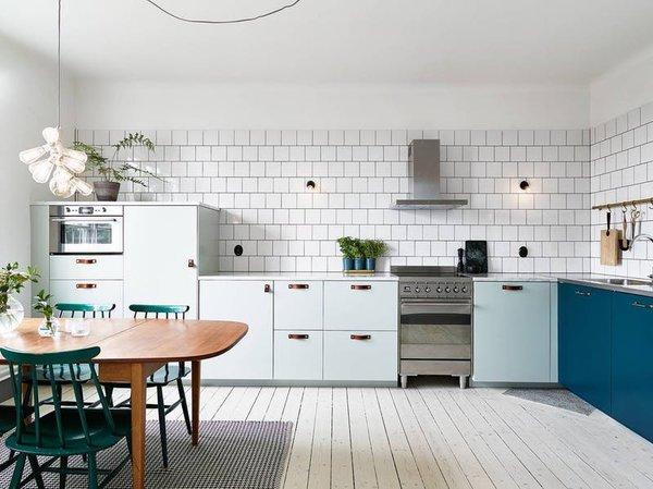 7. Farklı renkler Farklı renkler kullanarak mutfağınızda değişiklik yaratabilirsiniz. Koyu mavi, adaçayı yeşili veya açık mavi ile sıkıcılıktan kurtulabilirsiniz.  Bu haberapartmenttherapy.comsitesinden derlenmiştir.