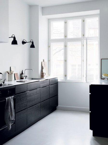 4. Siyah dolaplar  Mutfaklarda genel olarak tercih edilen renk beyaz olsa da günümüz modası siyah dolaplara yönelmekte. Siyah dolaplar kir kaldırabilir ve mutfağınıza tezatlık verebilir.