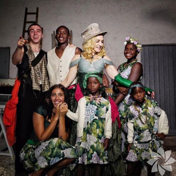 Madonna 59. doğum gününde ilk kez 6 çocuğuyla birlikte kamera karşısına geçti.