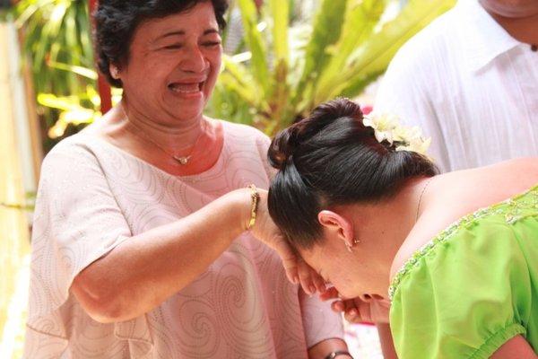 <p><strong>Filipinler</strong></p> <p>Filipinliler yaşlılara saygıyı göstermek için 'Mano' adını verdikleri bir selamlaşma şekli vardır. Kendinden büyük kişilerin elini alıp alnına koyarak selamlaşırlar.</p>