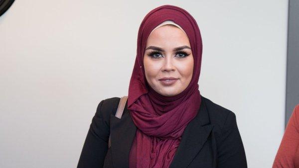 Norveç'te türbanı nedeniyle saçını boyamayı ret eden kuaföre karşı dava açarak mahkum ettiren müslüman kızı Malika Bayan türbanını atarak paylaştığı İnstagram fotoğraflarıyla ikinci kez Norveç kamuoyunun gündemine oturdu.