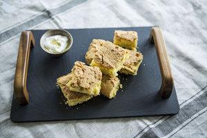 Taze soğanlı mısır ekmeği - Mısır ekmeğini taze soğan ve mısır ta...