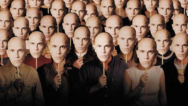 <h3><strong>John Malkovich Olmak (Being John Malkovich)</strong></h3> <p><br />Craig Shwartz, çalışma odasında, film yıldızı John Malkovich'in zihnine girmeyi sağlayan bir giriş keşfeder. Bu olağandışı keşifle, Malkovich'in zihnine rehberli turlar düzenlemeye karar verir. Zihnimize girip içeride bir şeyleri kırmak için yapılmış bir film sanki…</p>