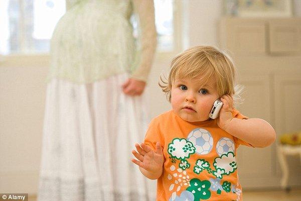 Telefonla herkesi ararlar  Sarhoşların en önemli özelliği de, telefonla hiç görüşmedikleri akrabaları dahi arayıp bi' konuşurlar. Bazen telefonunuza şöyle bir göz gezdirdiğinizde, patronunuzun görüntülü aranmış olduğunuzu, dans kursundan pek hoşlanmadığınız o kadının iki kere arandığını görebilirsiniz. Merak etmeyin, suçlu ne yaptığının pek farkında değil.