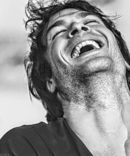 1. Aklınızı başınızdan alan o ilk gülümseme: Birine aşık olduğumuzda, onun mutlu olması hayatımızın en önemli önceliği haline gelir. Onu gülümsetebildiğimiz her an bizim için çok önemli gelir. Ancak, bütün bu özel anların içinde bile, o ilk gülümsemenin, sizi sizden alan o ilk gülümsemenin hep aynı dirilikte kaldığını bilirsiniz. Bakıştığınızda ilk olarak o gözlerin nasıl parladığını ve dünyanızı nasıl ışıklara boğduğunu hiç unutmazsınız. O ilk an unutulmazdır, akıllara kazınan en güzel anıdır belki de.