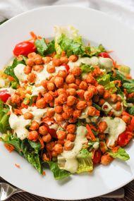Nohutlu avokado salatası