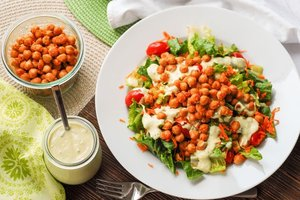 Nohutlu avokado salatası - Buffalo soslu nohut ile doldurulmuş a...
