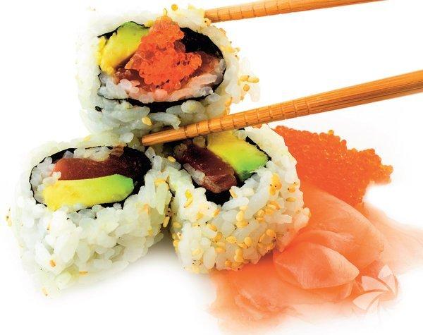 Suşi Kabul edelim chopstick kullanmak zor, herkes bu çubuklarla yiyemiyor. Suşinizi çatalla yemeye kalktığınızdaysa dağılıyor, yediğinizden bir şey anlamıyorsunuz. Suşiyi elle yemekten çekinmeyin. Soya sosuna batırın ve tek lokmada ağzınıza atıverin. Bir de şefler bilinenin aksine sushi'nin üzerine soya sosu dökmeye karşı çıkıyor. Suşiyi soya sosuna batırın ve tadını çıkarın.