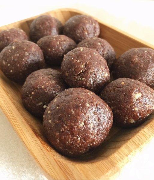"""Hurmalı kakaolu toplar  Malzemeler 5 adet çekirdeği çıkartılmış hurma 2 yemek kaşığı ham kakao (işlenmiş gıda olduğu için paketli kakao kullanmıyorum) 1 yemek kaşığı katkısız, şekersiz fıstık ezmesi (tarifi """"Yağları Sevelim"""" yazımda mevcut) 1 avuç kavrulmamış kaju 5-6 adet badem  Hazırlanışı Malzemelerin hepsini rondodan geçirip elle şekil verdim. Sadece 2 dakika sürüyor ve rafine şekersiz çikolata mutluluğuna kavuştuğunuzu garanti edebilirim."""