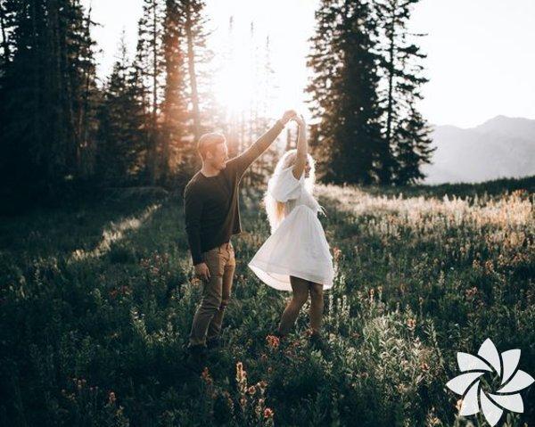 Meşgul bir dünyada yaşıyoruz; iş güç, çocuklar, faturalar gibi günlük stres kaynaklarının arasında, çiftlerin çoğu, iletişim kuracak vakti bulmakta güçlük çekiyor. Bu yüzden çiftlerin baş başa kaldıkları anları en iyi şekilde değerlendirmeleri çok önemli – ister bir saat olsun, ister 10 dakika. Mutlu çiftlerin bağlarını güçlü tutmak amacıyla yatmadan önce neler yaptıklarını uzmanlara sorduk. İşte size birkaç ipucu: