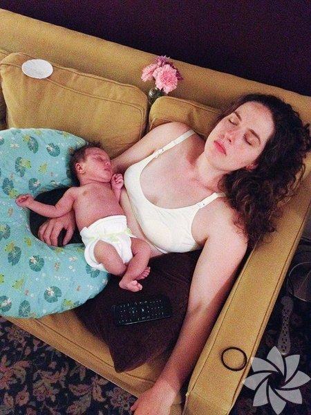 """Amerikalı Anna Ogier-Bloomer, 15 yıllık fotoğrafçılık kariyerinin en ilginç projesini kendi anneliğini görüntüleyerek oluşturdu. """"Letdown"""" adını verdiği fotoğraf serisinde bebeğiyle ilk yıllarının nasıl geçtiğine dair ipuçları veren anlar yer alıyor."""