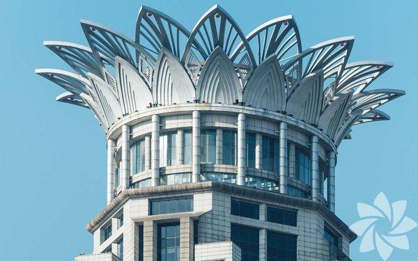 Nilüfer Kulesi - Şanghay, Çin Gece olduğunda, Nilüfer Kulesi'nin ışıkları yanar ve ortaya görülesi, muazzam bir görüntü çıkar. İsminden de anlaşıldığı üzere, kulenin tepesi, nilüfer çiçeği şeklinde tasarlanmıştır; iki kattan oluşan metal taç yapraklar, binaya art deco esintileri kazandırır.