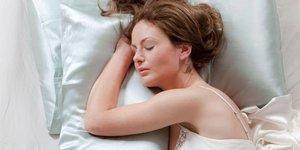 Saten yastıkta uyumak saçlara iyi geliyor!