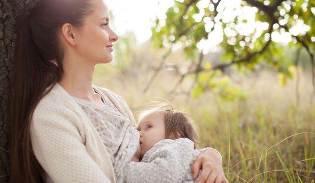 Annenin bebeğini toplum içinde emzirmesi ayıp değil