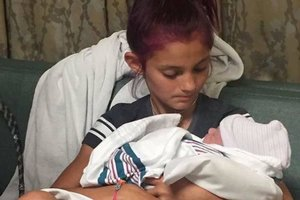 12 yaşındaki kız, kardeşini doğurttu!