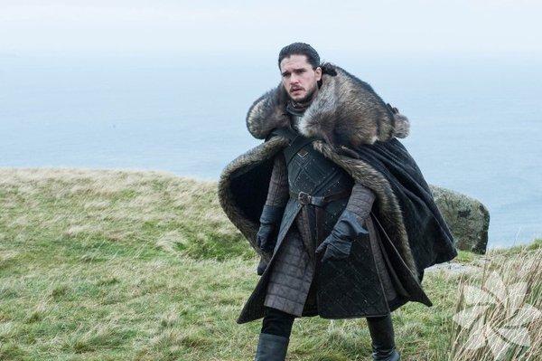 Game of Thrones (Taht Oyunları) dizisinde Kit Harington'ın canlandırdığı Jon Snow karakterinin sırtındaki kürk pelerin Kuzeylilerin olmazsa olmazlarından.