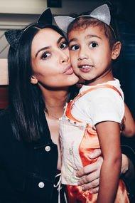 Kim Kardashian yeni doğan kızının fotoğrafını paylaştı!