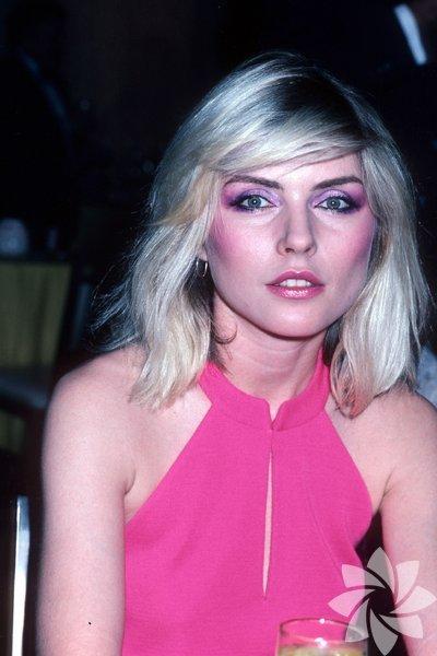 1982 - Debbie Harry Far, allık ve ruj seçimde komple pembe rengi kullanmak.