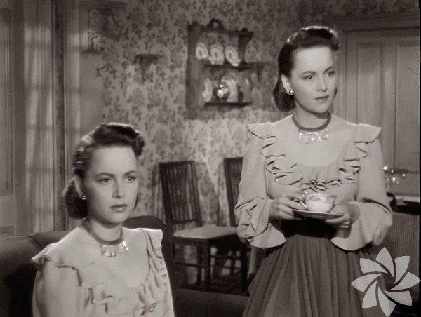 """Olivia de Havilland  The Dark Mirror - 1946 İyi eleştiriler almasa da ikiz kardeşleri kara filmin tekinsizliği ve psikanalizle birleştiren öncü yapıtlardan biri... Ruth Collins sevgilisinin ölümünün ardından cinayetin tek şüphelisidir. Cinayet mahallinden çıkarken görülmüştür. Ama bir ikizi vardır ve ikisi de masum olduğunu söylemektedir. Olayı çözmesi için görevlendirilen psikanalistin, ikizlerden """"normal olanı""""na ilgi duymaya başlaması işleri daha da karıştırır."""