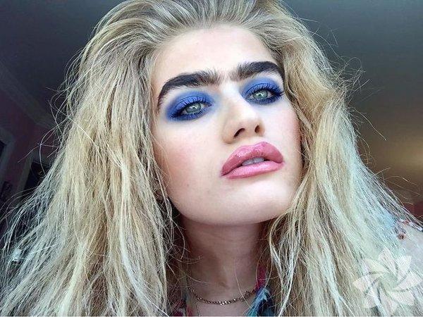 Model Sophia Hadjipanteli almayı bıraktığı kaşlarıyla sahte güzellik standartlarına karşı çıkıyor.