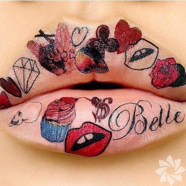 Dudakları boyamıyoruz çiziyoruz! Eyeliner fırçasıyla dudakları çizmeye hazır olun. Burada önemli olan elinizin yatkınlığı değil yaratıcılığınız!