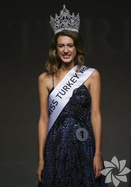 Miss Turkey 2017'nin birincisi Itır Esen'in tacı geri alındı. Esen'in sosyal medyada yaptığı bir paylaşımı nedeniyle tacının geri alındığı açıklandı.