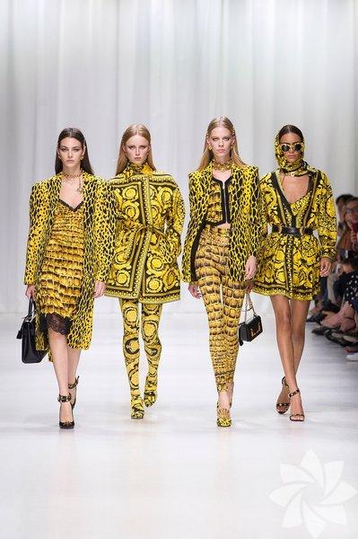 Markanın ikonik koleksiyonlarından aldığı ilhamları günümüze uyarlayan Versace, defile sonunda markanın yüzü olan ve abisinin sıkça çalıştığı 90'ların efsane top modelleri ile kapanışı yaptı.
