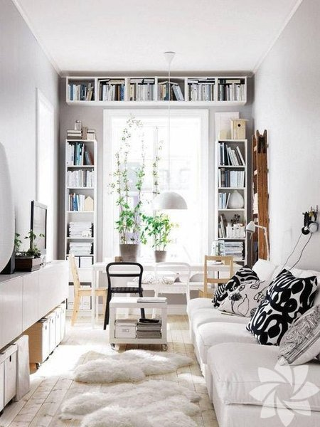 Eğer tavanınız yeterince yüksekse, duvar raflarını mümkün olduğunca en yüksek yerlere asın. Bu yöntem, ilgiyi yukarıya çekip daha büyük bir daire görüntüsü yaratmaya yardımcı olacaktır. Eğer raf koymanız mümkün değilse, tavana küçük süsleme ışıkları asın.