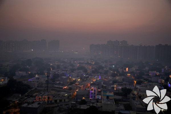 Hava kirliliği, Yeni Delhi'de tehlikeli seviyelere ulaştı. Sabah sisinde Yeni Delhi'nin silüetinin kaybolması bu durumun ciddiyetini ortaya seriyor. Kirlilik bu denli artınca, yetkililer okulların kapanmasını ve kasım ayında yapılacak olan maratonun ertelenmesini istediler.