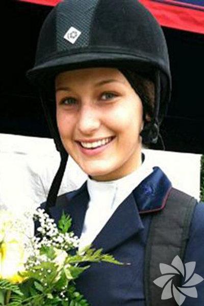 Fotoğraf 2009 yılında Sunnybrook Horse Show'da çekilmiş. Bela henüz 13 yaşında. Neden bir at yarışında diye soracak olursanız Bela Hadid'in şampiyon bir binici olduğunu bilmiyorsunuzdur. Biz de bilmiyorduk...