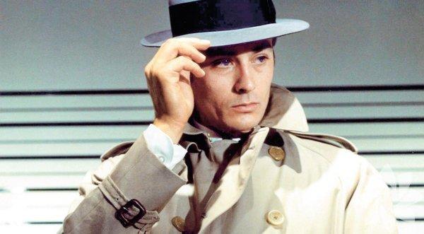Kiralık Katil (Le Samurai) – 1967  Yönetmen: Jean Pierre Melville Jef Costello (Alain Delon) arkasında iz bırakmayan tecrübeli bir kiralık katildir. Ama gece kulübünde işlediği cinayetin ardından polis peşine düşer. Kendine göre bir ahlakı olan Costello, hayatında duyguya yer vermemeye çalışır... Sadeliği ve görsel atmosferiyle 1960'ların ilham verici filmlerinden biri. Melville, gerilimi aksiyonla değil karakterler arasındaki ilişkiler üzerinden yakalıyor.