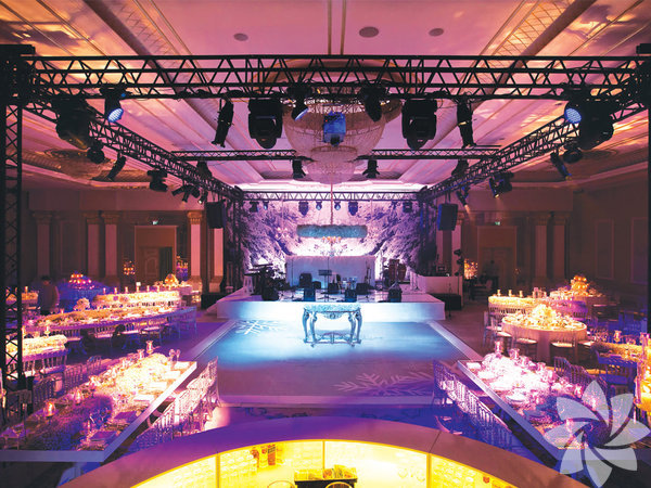 CVK yılbaşı programı CVK Park Bosphorus Hotel, İstanbul Balo Salonu'nda özel gala menüsü ve Selami Şahin'in şarkıları eşliğinde bir kutlama ile yeni yılı karşılıyor. Saat 20.00'da kapı açılışı ile başlayan program; Fasıl, Selami Şahin, oryantal, Selami Şahin 2. bölüm ve ilerleyen saatlerde DJ performansı eşliğinde devam ediyor. Gecenin menüsü de oldukça geniş ve lezzetli. Program fiyatı kategorilere bölünmüş ve şu şekildedir; A+ için: 2000 TL, A:1700 TL, B+:1650 TL, B: 1500 TL, C: 1300 TL, Bistro: 800 TL.