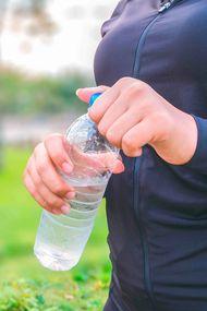Pet şişedeki suda plastik çıktı